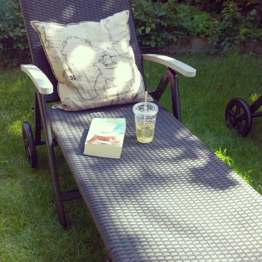 Nieuwe relaxstoelen genieten zon boek