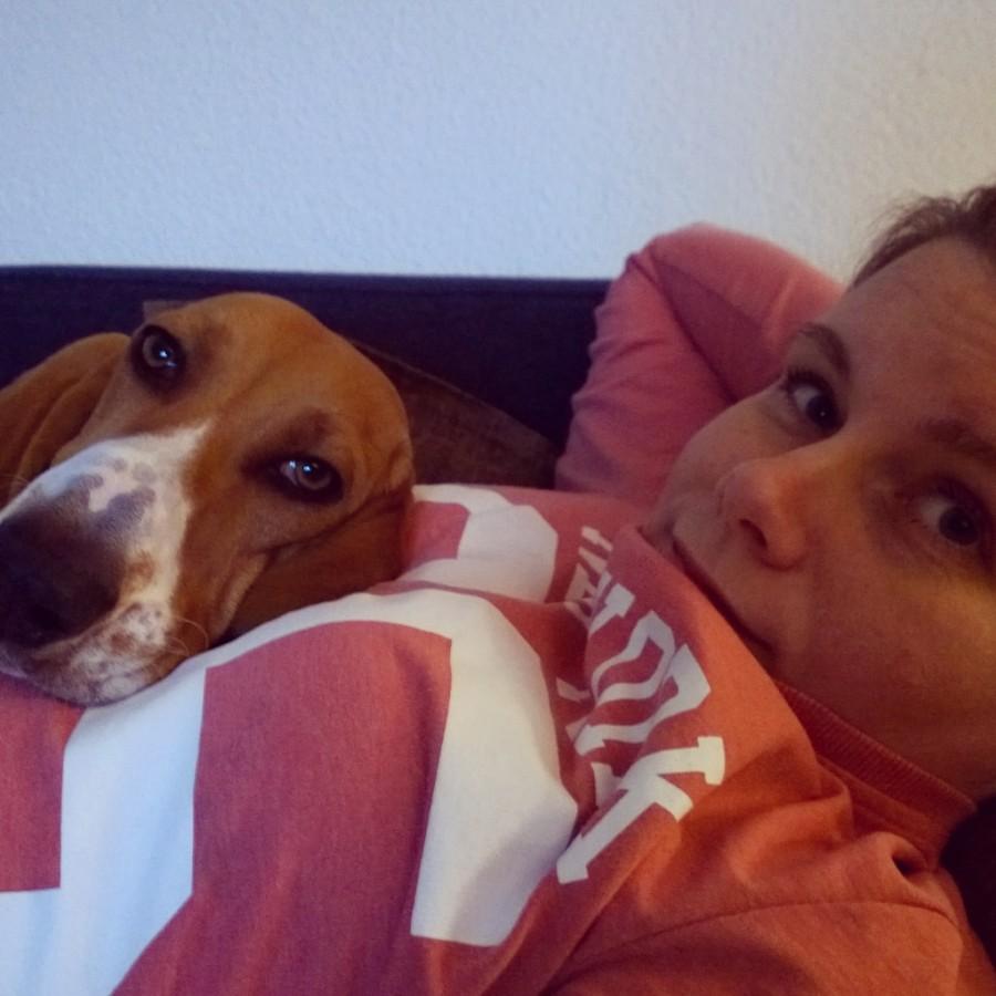 Samen TV kijken mindjoy Louie franse basset
