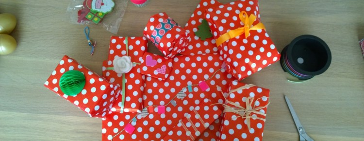 Persoonlijk kerstpakket cadeaus inpakken